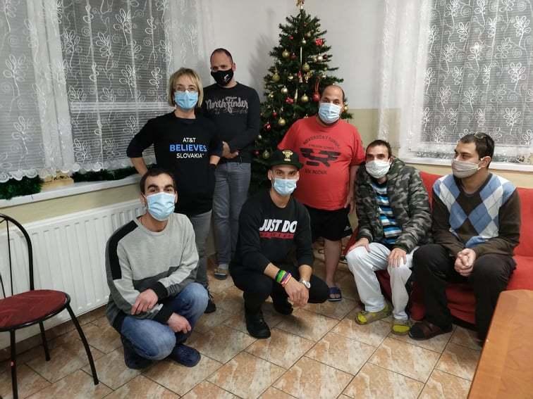 Nová-chladnička-ako-vianočný-dar-pre-chlapcov-bez-vlastného-domova_3